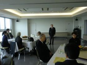 小島先生を囲んでの懇親会白倉副会長あいさつ