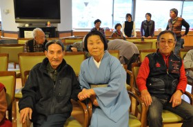 左から片桐さん、赤川理事長、横村会長