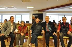 左から内山相談役、片桐ご夫妻、堀監事、横村会長