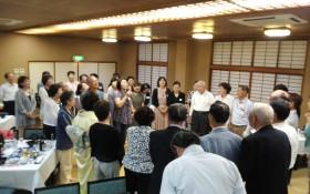 全員で赤川会長を囲み事業の誓いを行う